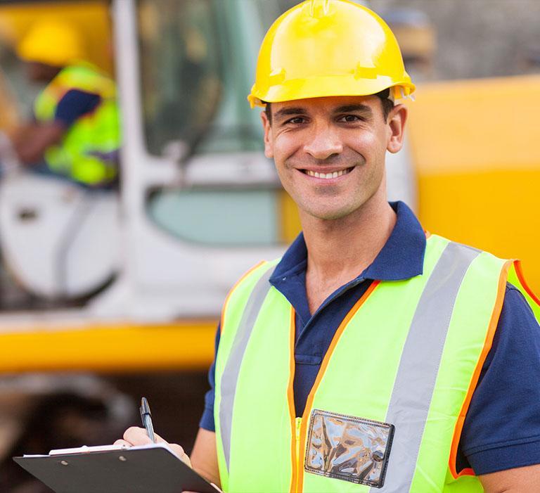 pracownik budowlany wżółtym kasku
